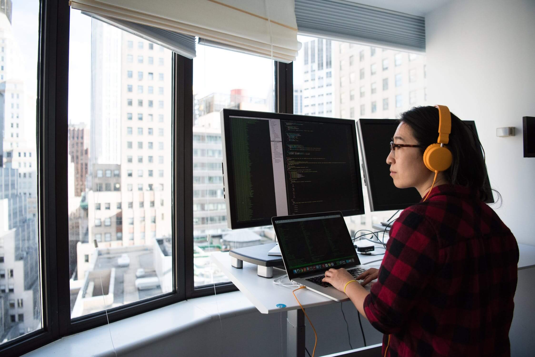 girl works with panoramic view